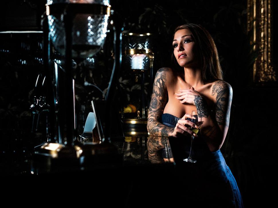 Мужчина заходит в бар и видит умопомрачительную женщину, то, что она говорит ему – неожиданно!