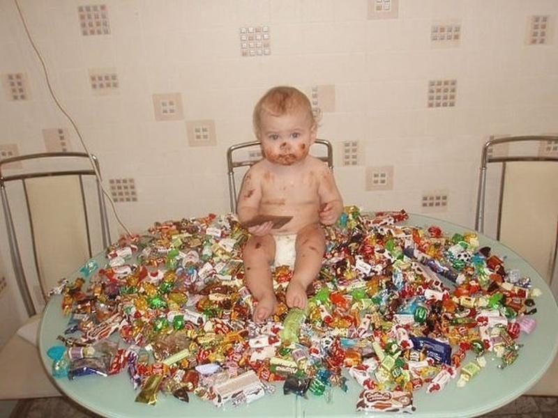 Тетя дает племяннику конфеты и просит поделиться с младшим братом. Только послушай, как он их разделил!