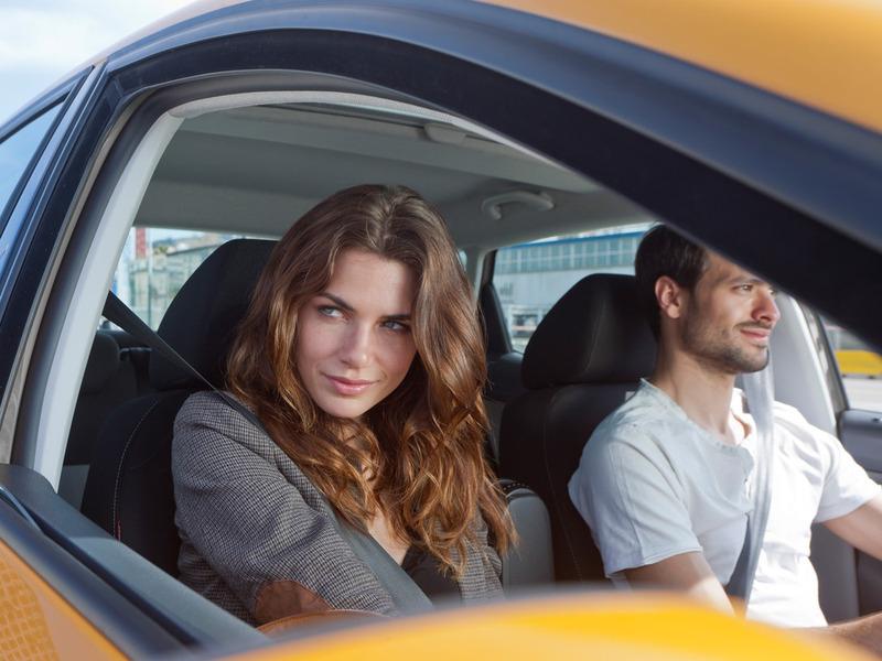 Парень за рулем очень устал и попросил девушку сделать так, чтобы спать не хотелось. Ну, она и предложила!