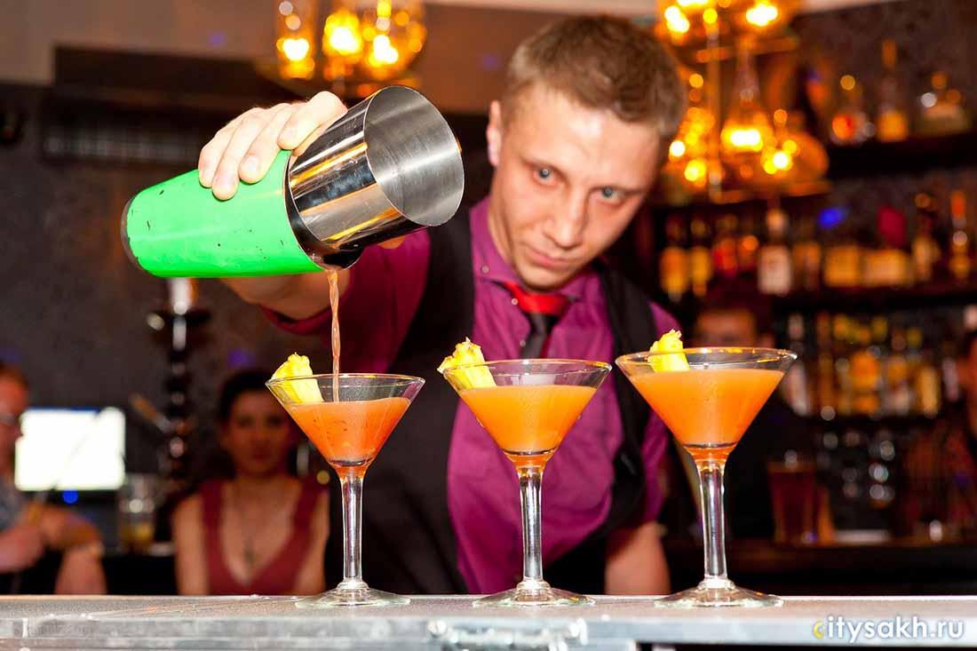 Мужчина делает сумасшедшую ставку с барменом, но результат совершенно неожиданно!