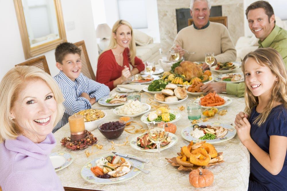 Она пыталась впечатлить своих гостей на ужине. Но то, что сказала ее дочь – уморительно!