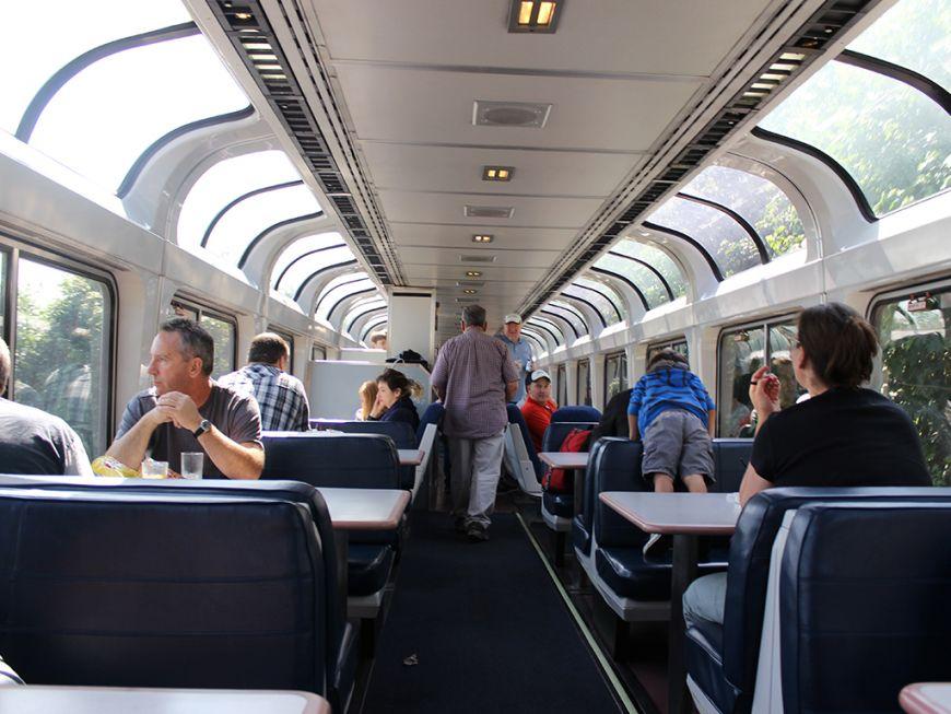 Пассажир в поезде флиртует с молодой леди, но все сходят с ума, когда гаснет свет!