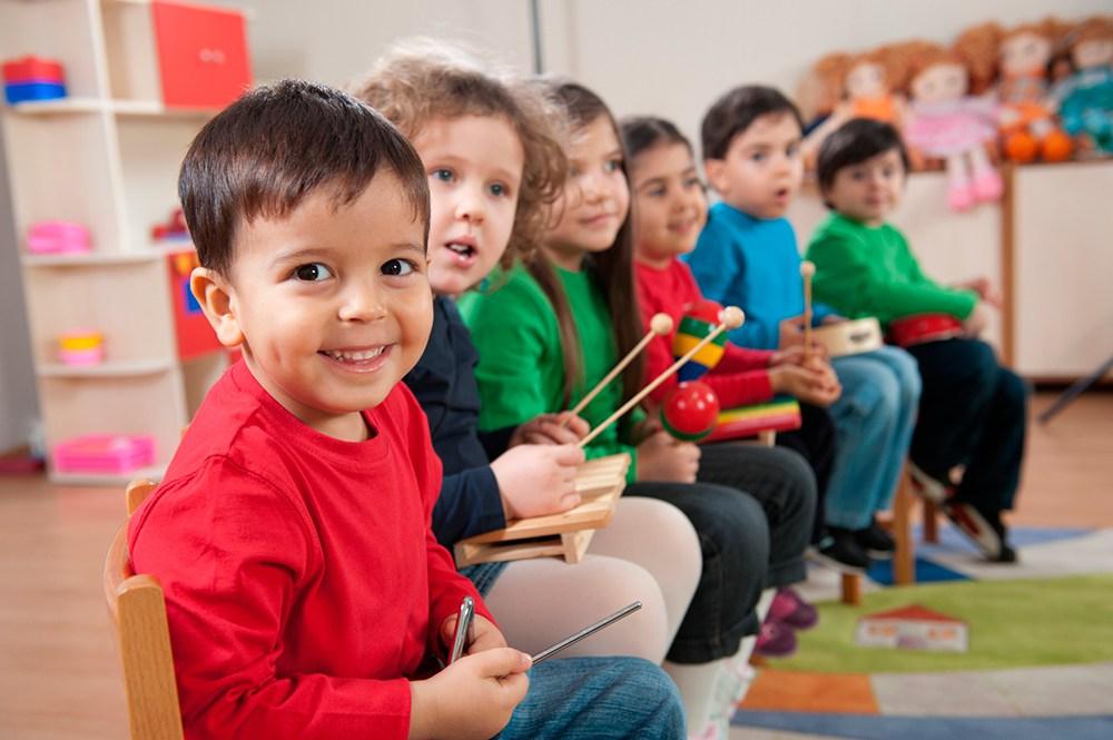 Воспитательница помогает маленькому мальчику в детском саду с его проблемой, но его ответ – невероятно!