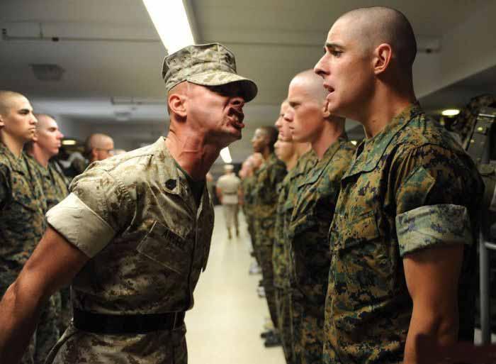 Два морских пехотинца сыграли злую шутку с новобранцем. Но его ответ – бесценно!