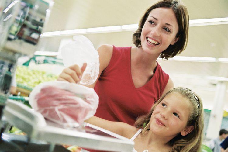 Мужчина подходит к матери в продуктовом магазине. Но он никак не ожидал услышать такой ответ!