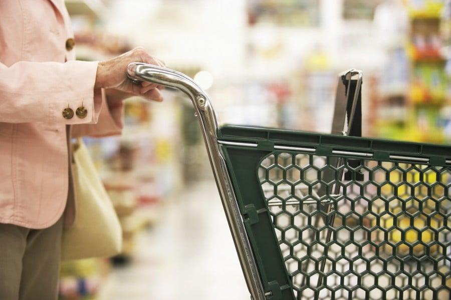 Четырехлетняя девочка поражена, когда она видит, что мужчина делает это в магазине продуктов!