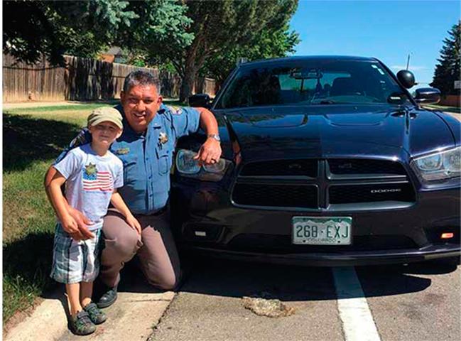Мужчина начал «плакать», когда офицер полиции остановил его и его сына. Тогда он написал это сообщение!