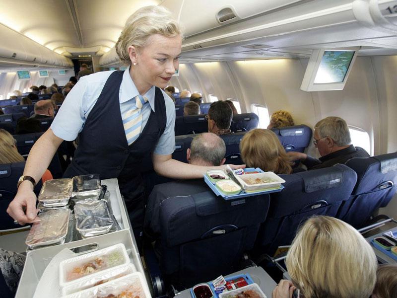 Стюардесса решила предупредить пассажиров. Только послушай, что она сказала!