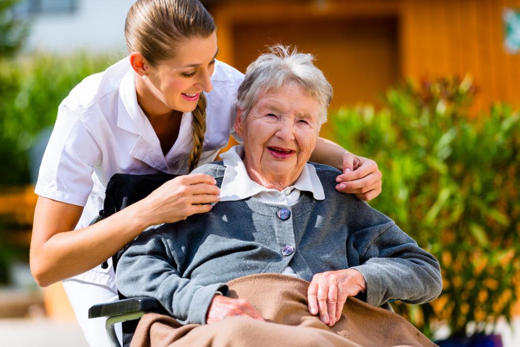 Семейная пара спросила у своей пожилой матери, как к ней относятся в доме престарелых. Но ее ответ – бесценно!