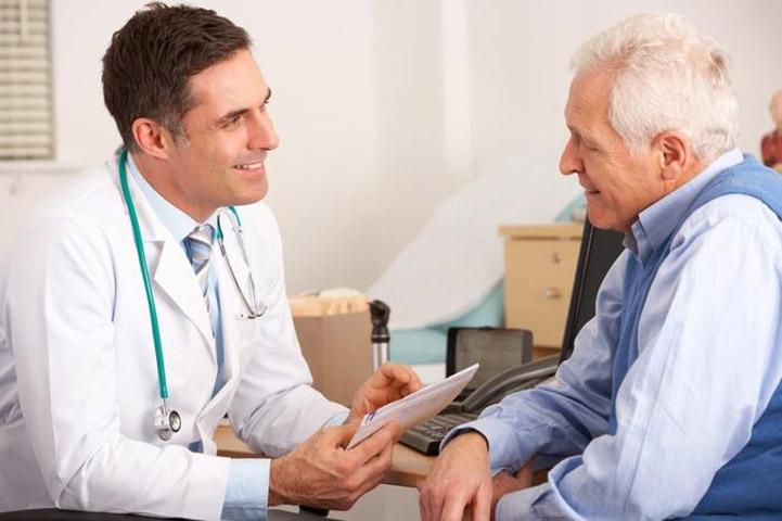 Доктор сказал, что у ее мужа была необычная проблема. То, что пожилая леди ответила дальше — просто уморительно!