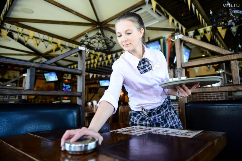 Новая официантка сбита с толку заказом дальнобойщика. То, что она приносит ему — слишком смешно!