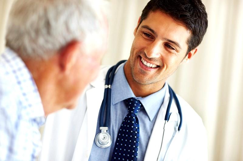 Студент медицинского колледжа осматривает пациента с лимфомой. Но тогда происходит это!