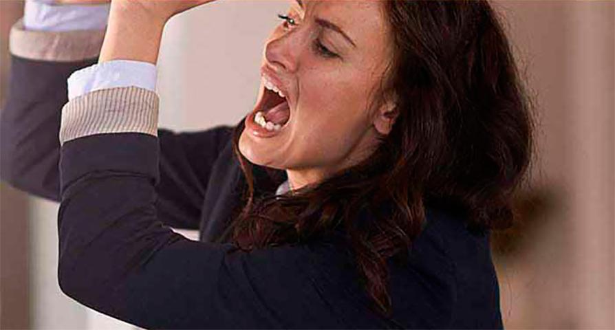 Этот клиент кричал на нее, даже когда она объяснила, что не работает в этом магазине. Но то, что он сказал менеджеру – шокирует!