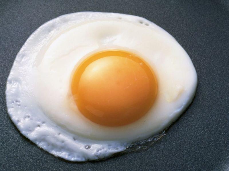 Жена решила приготовить яичницу на завтрак. То, что произошло дальше — НЕЧТО!