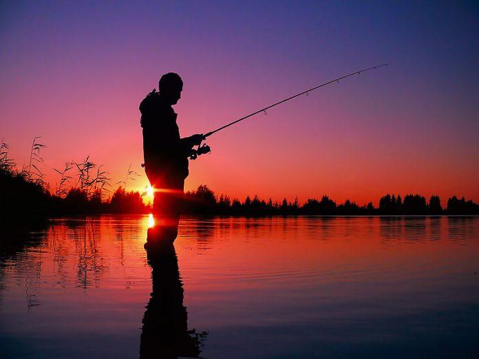 ходят бродят вдоль реки мужики ловят рыбку мужики рыбаки видео