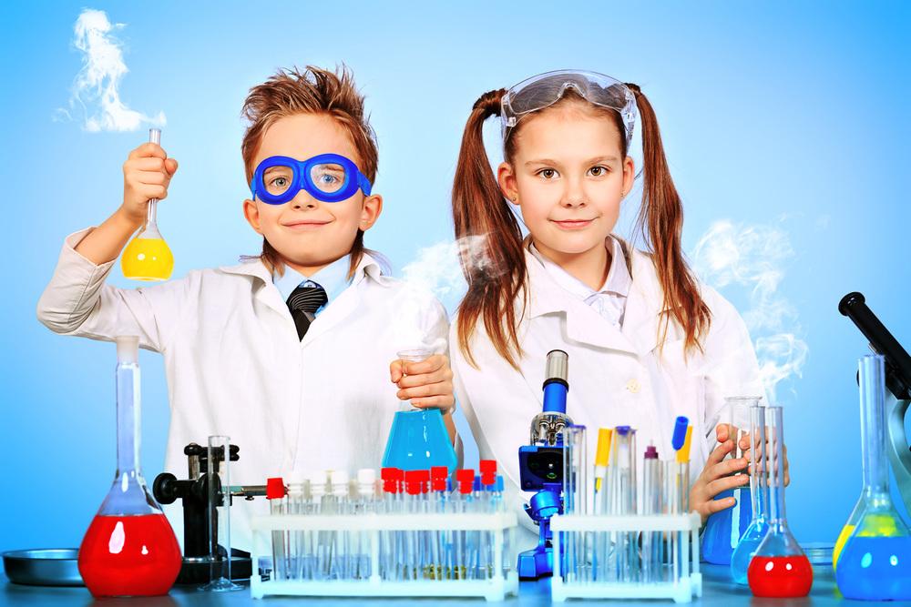Учитель химии проводит опыт с учениками шестого класса. Это потрясающе!