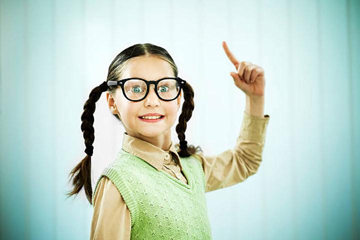 Эта девушка часто издевалась над своей одноклассницей, но урок, который она усвоила, когда разбила ее очки – бесценно!