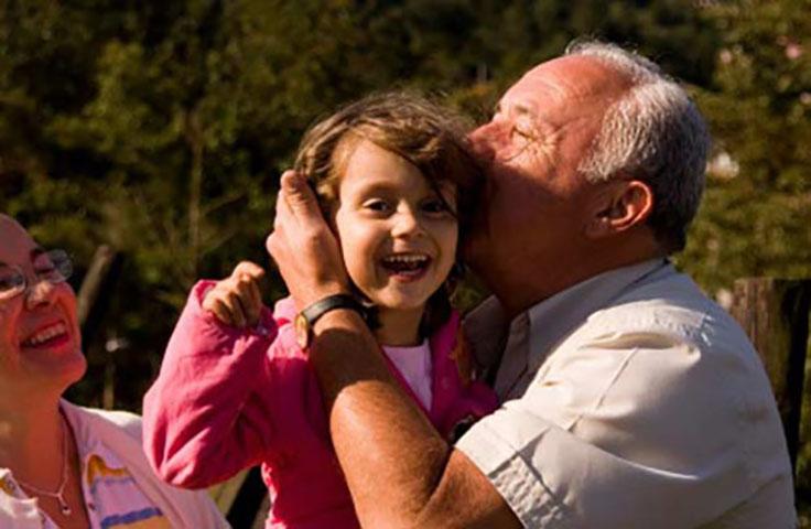 Маленькая девочка осознает реальную разницу между бабушкой и дедушкой. Это потрясающе!