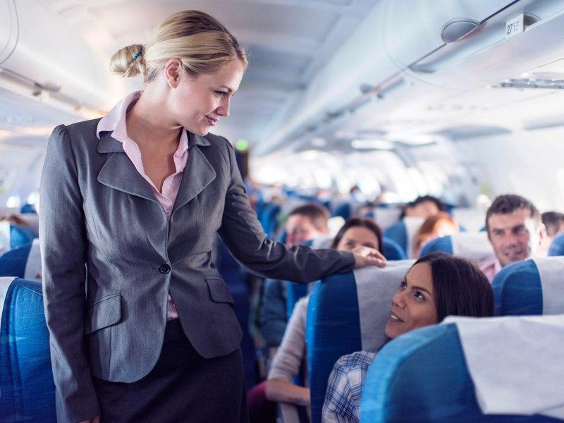 Стюардесса предлагала всем пассажирам конфетки. Ее диалог с парнем тебя точно рассмешит!