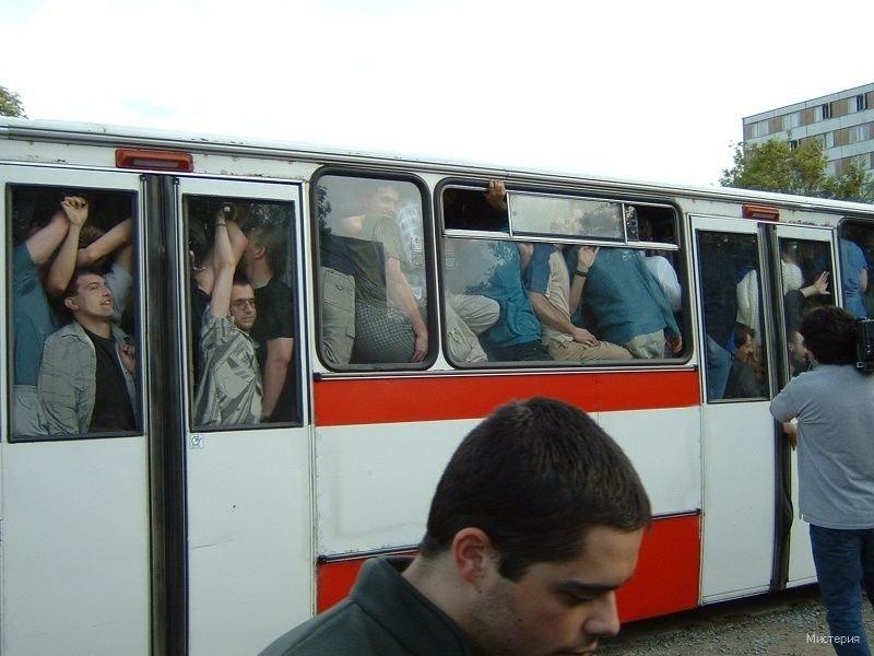 В забитом автобусе женщина возмутилась поведением мужчины. Только послушай, что всех заинтересовало!