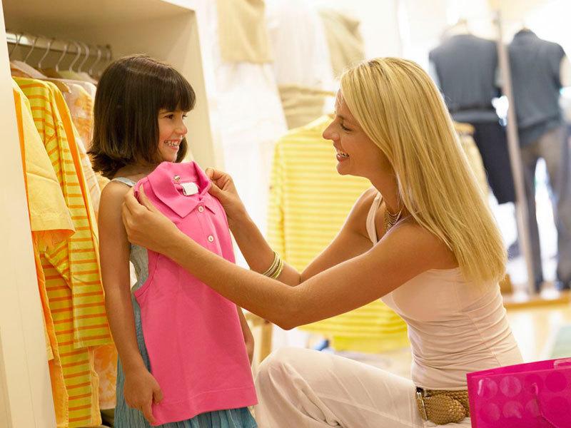 Маленький мальчик увидел красивую девочку в магазине. Вот, чем все закончилось!