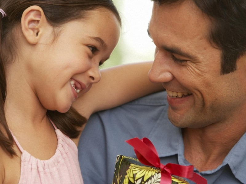 Дочка решила рассказать своему папе, с кем спит мама, пока его нет. Ответ малышки — это НЕЧТО!