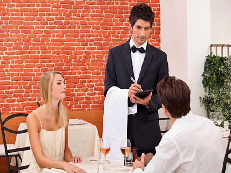 Официант принес суп посетителю. Парень решил заставить его попробовать суп. Причину стоит узнать!