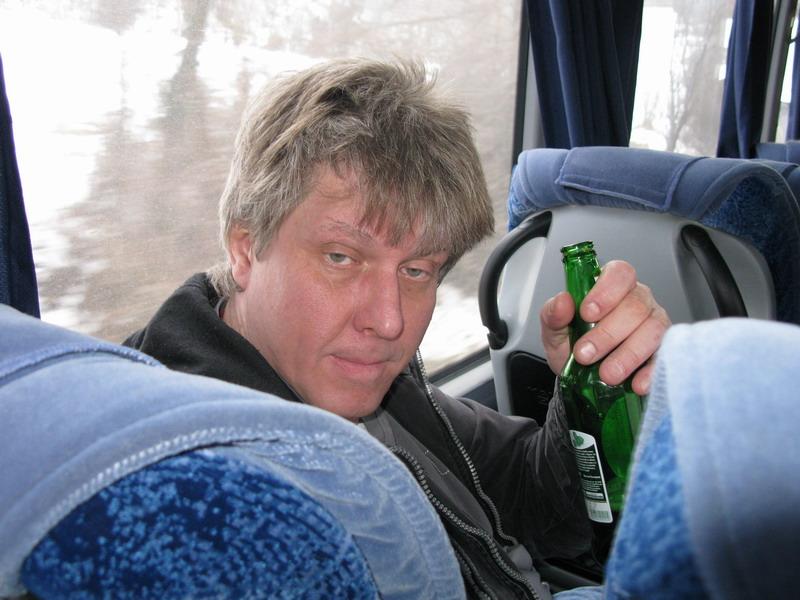 Пьяный зашел в автобус. То, как над ним подшутил кондуктор тебя рассмешит!