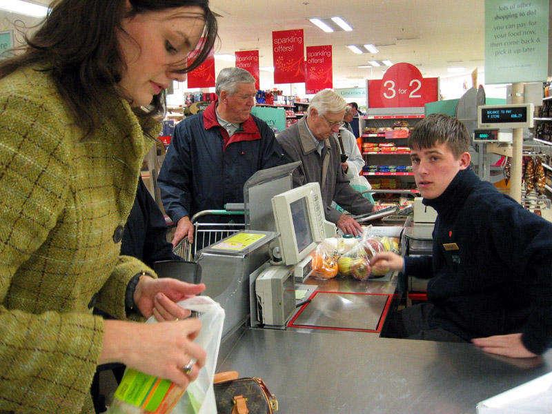 Дедуля пришел в супермаркет. Только посмотри, чем он предложил рассчитаться!