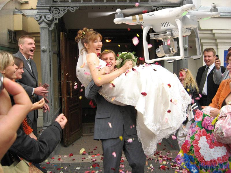 Жених вынес невесту на руках из ЗАГСа. Только послушай, что она ему предложила!