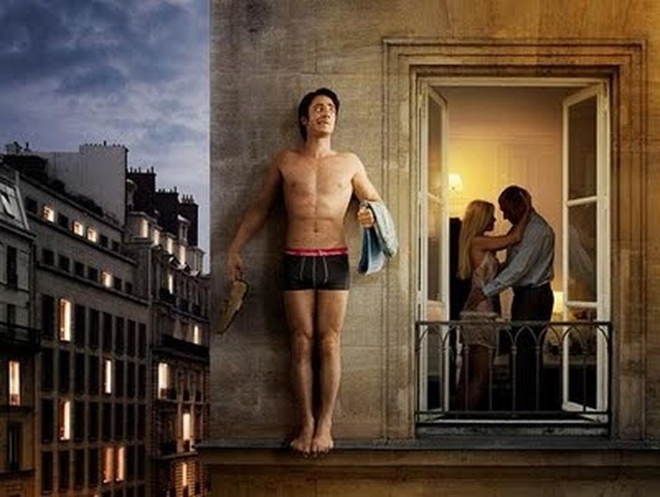 Мужчина прячется в ванной, когда муж любовницы возвращается домой, но его оправдание просто фантастика!