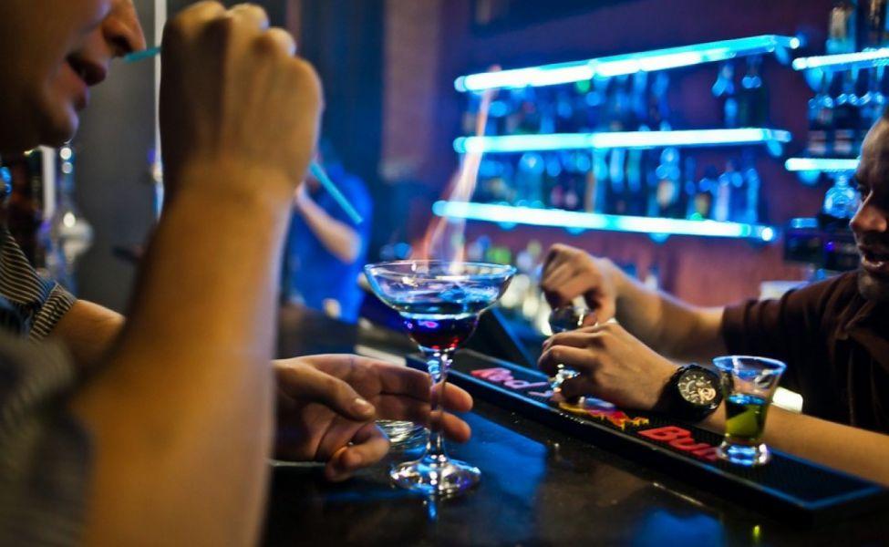 Двое друзей говорят о том, как злятся их жены, когда они возвращаются домой пьяными. Ответ второго парня – бесценно!