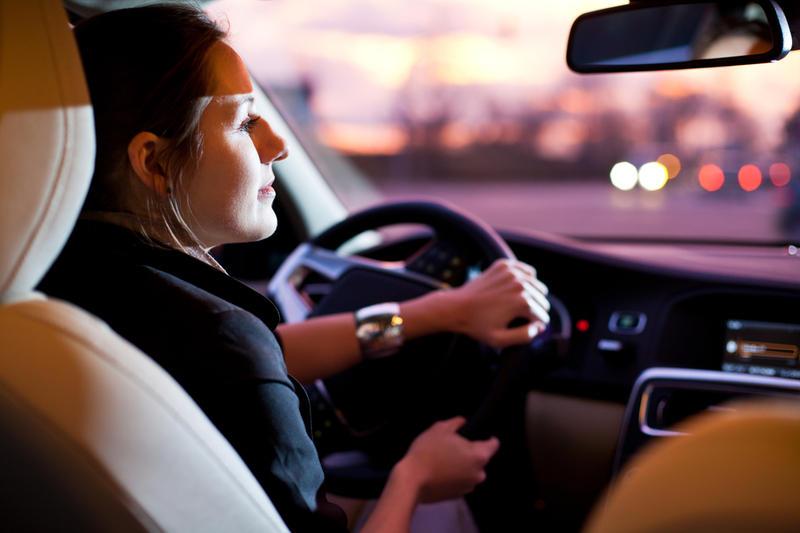 Женщина нарушает правила дорожного движения, но как она выкручивается – впечатляет!