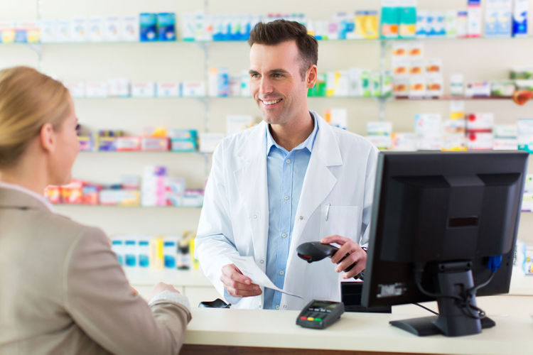 Мужчина встречается с аптекарем, который расстроил его жену. Но его ответ – шок!