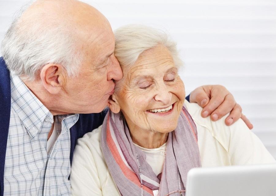 У пожилой пары возникают проблемы с памятью. Как они решили бороться с этим – уморительно!