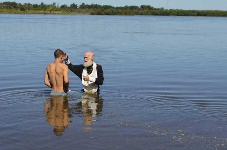 Проповедник пытается освятить пьяного в реке, но ответ мужчины – уморительно!