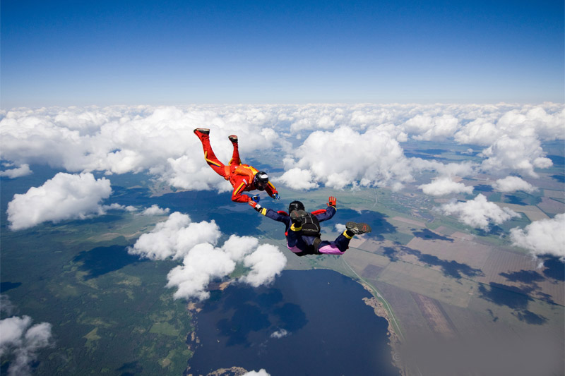 Мужчина впервые отправляется на прыжки с парашютом, но там происходит нечто невероятное!