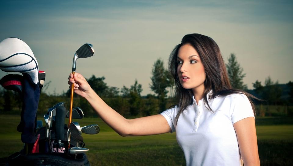 Женщину жалит пчела, когда она играет в гольф, но следующий комментарий – просто шок!