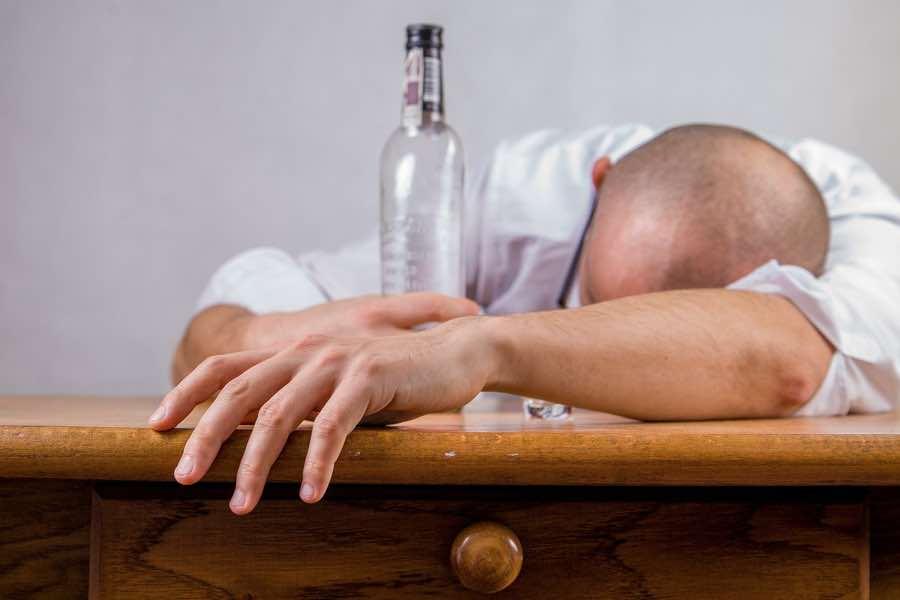 Ее муж приходил домой пьяным каждую ночь, но когда она попыталась сделать что-то с этим, то вышло уморительно!