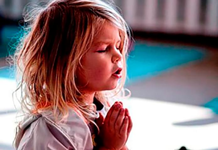Мама видит, что ее маленькая девочка молится в своей спальне, но не может поверить, когда слышит, о чем она просит!