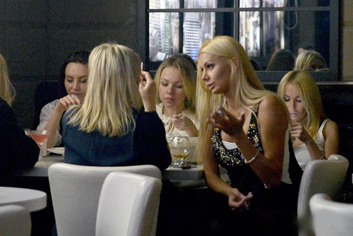 Мужчина хотел рассказать шутку про блондинок в баре, где было полно девушек. Но тогда произошло это!