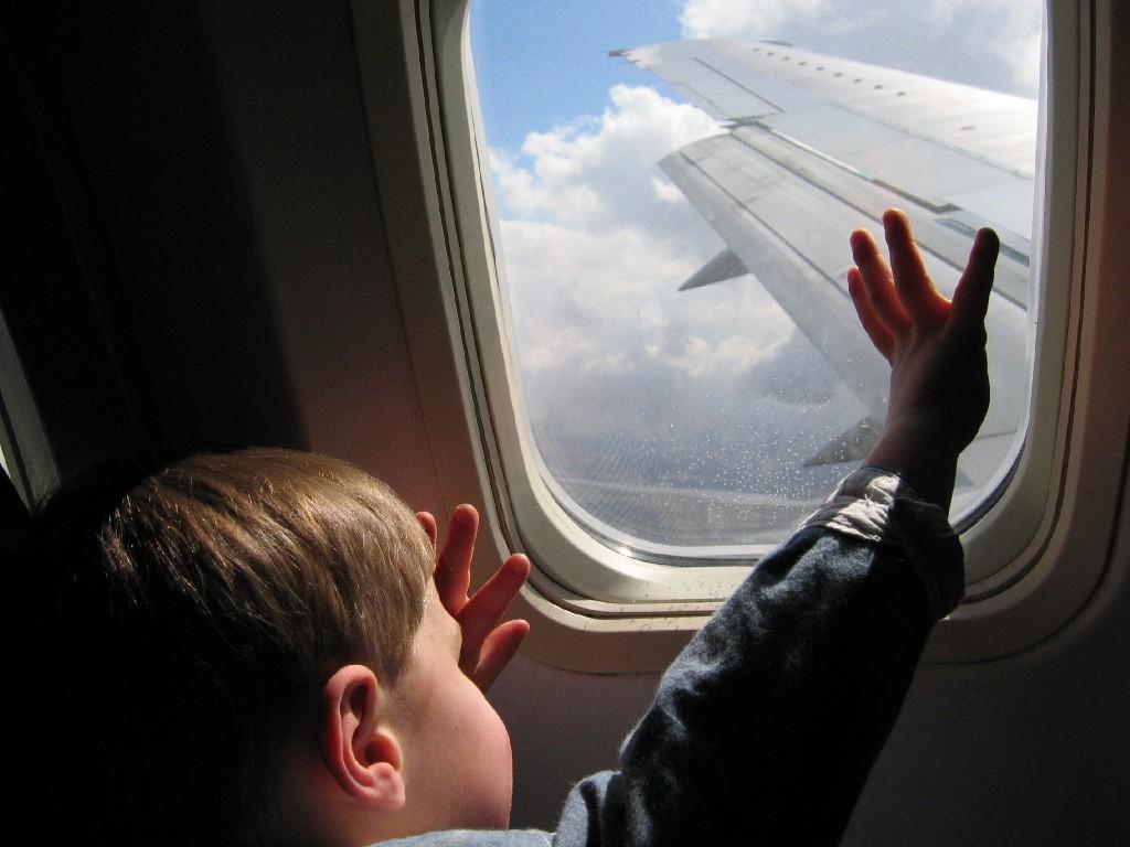 Мать и ее маленький сын летели на самолете, когда мальчик задал ей этот интересный вопрос!