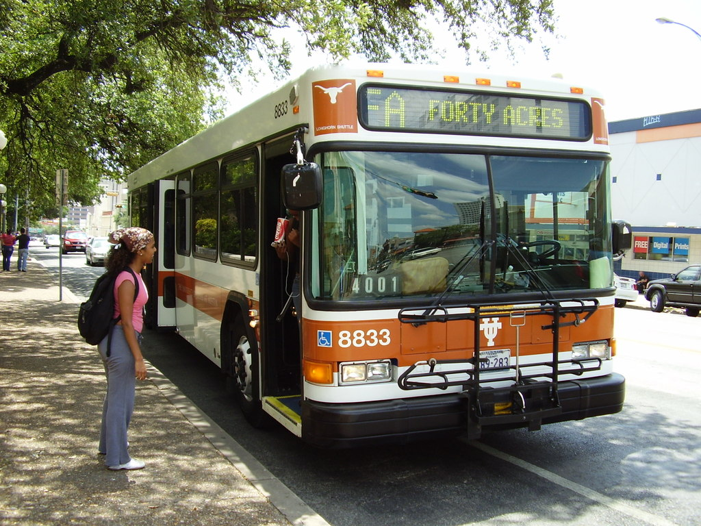 Женщина не могла зайти в автобус, но не ожидала, что мужчина, который стоял позади нее сделает это!