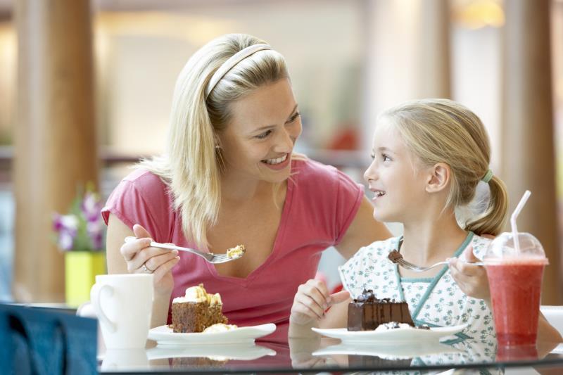Она видела, как тяжело работает официантка, обслуживая всех клиентов в одиночку, пока хозяйка играла на своем телефоне. То, что она сделала дальше – весело!