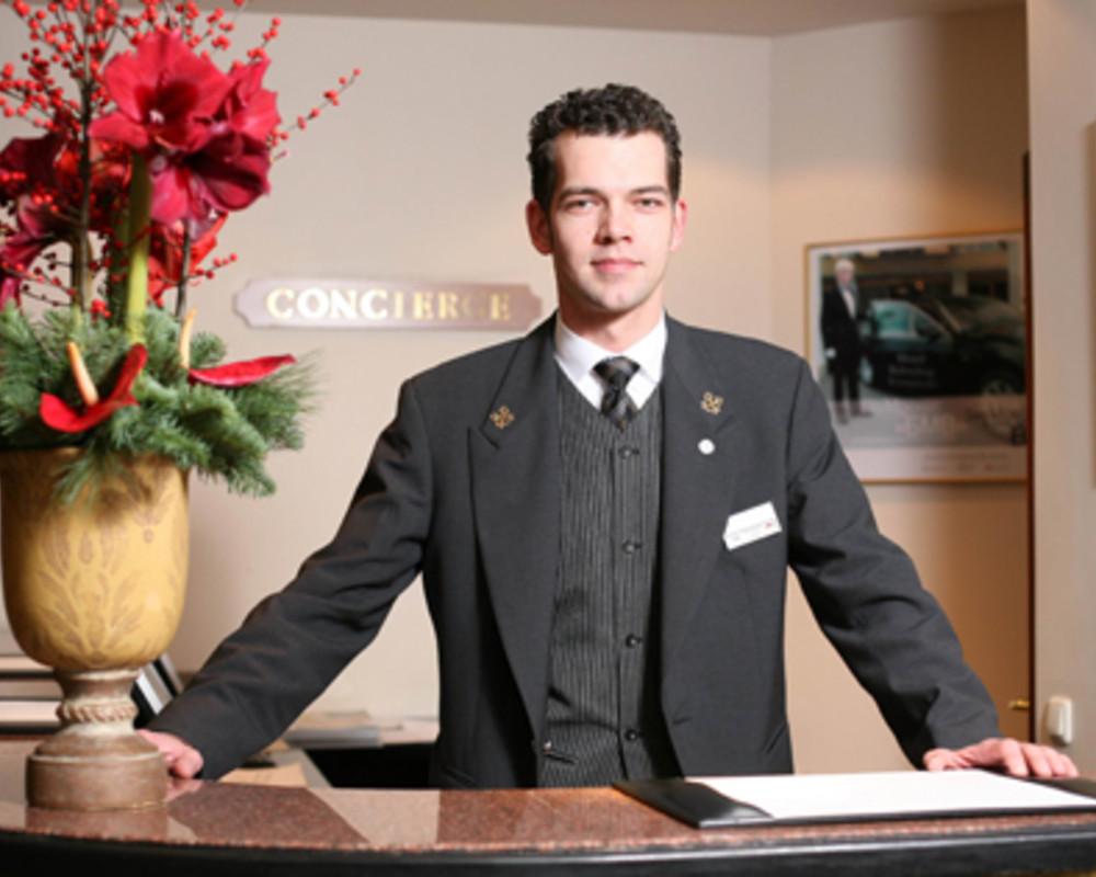 Этот человек просто обвинил менеджера отеля в том, что он спал с его женой. Шутки в сторону!