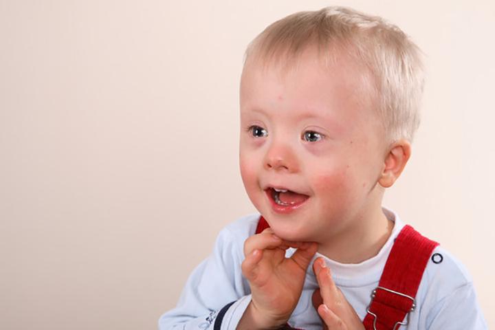 Семья начинает обсуждать мальчика с синдромом Дауна, пока их официант не сказал это!