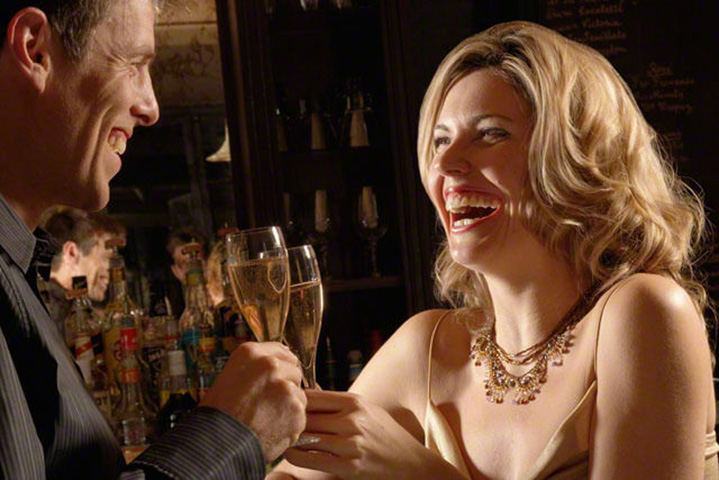 В один прекрасный день два человека встречаются в баре, но причина – уморительно!