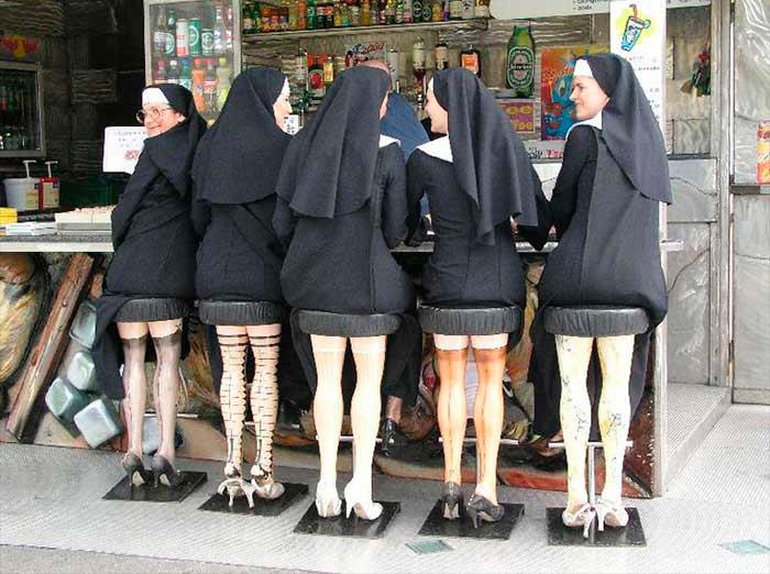 Этим монахиням было слишком жарко в их обычной одежде. То, что они сделали дальше, чуть не свело с ума святого отца!