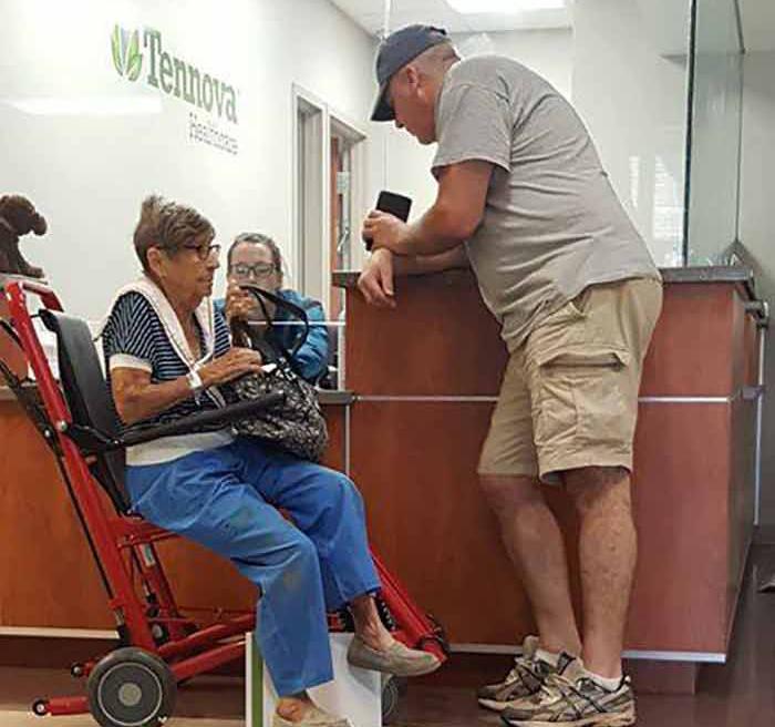 Когда эта старая женщина не могла уехать домой, доброжелательный джентльмен, который был рядом, сделал что-то удивительное!