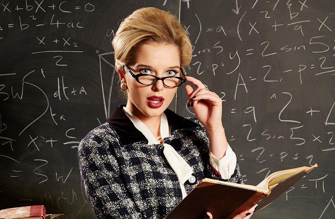 Молодая учительница начинает выгонять детей из класса, пока один из них не сказал ей это!